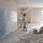 spuitwerk wanden en plafond 2 kleuren